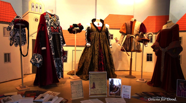 exhibition Laughton theatre costumes play evening wear evening dresses gowns accessories théatre costumes robes de soirée accessoires
